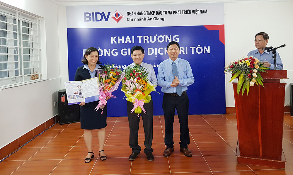 Giving flowers to congratulate the board of directors of BIDV Tri Ton Transaction Office